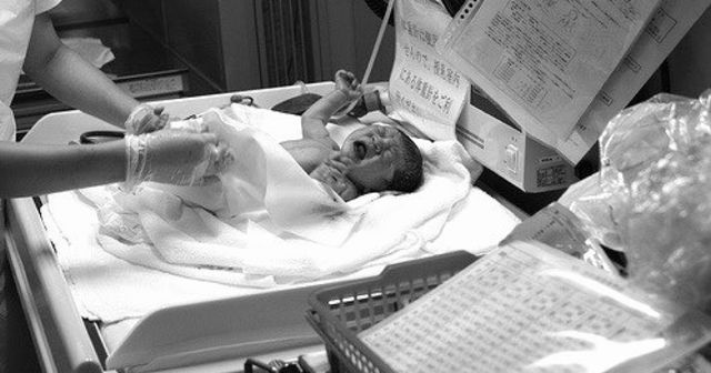【感動】「今はいいです」生まれたばかりの赤ちゃんを抱くことを拒否した旦那。その真意とは・・・