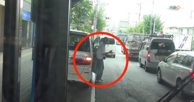 【動画あり】駐車禁止ドライバーの最低な対応…バスに強烈クラクション鳴らされた結果