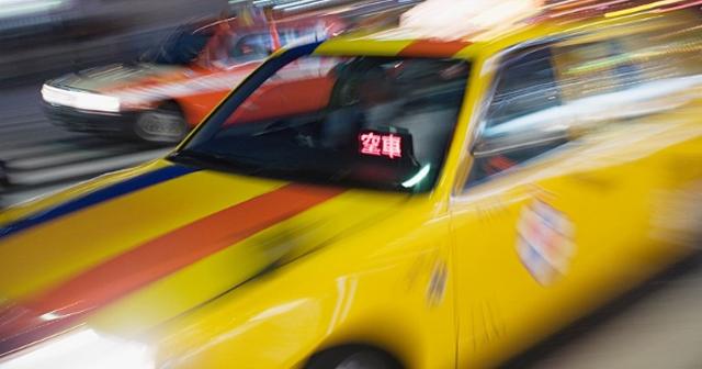 旅行中の恐怖体験。深夜に歩いていたら勝手にタクシーが停まって「早く乗って!」・・・