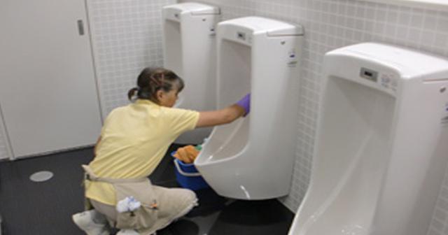 【衝撃エピソード】トイレ清掃員女性をバカにした大学生。ある男性の一言で彼らは窮地に・・・