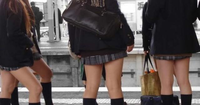 【衝撃】電車で見た女子高生の非常識行動。これがド変○女子高生か!