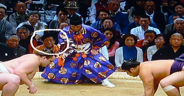 相撲中継でいち、じゅう、ひゃく、せん、まん・・じゅうまん・・・380万円!?のスマホケースが写り込み(画像あり)
