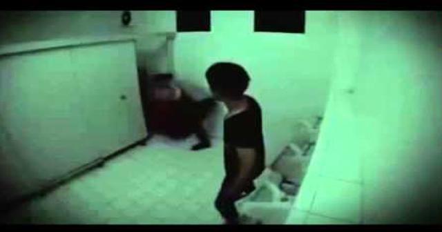 【本当にあった怖い話】トイレに入っていたらいきなり足を掴まれる!?あの駅のトイレは入ってはいけない・・・…