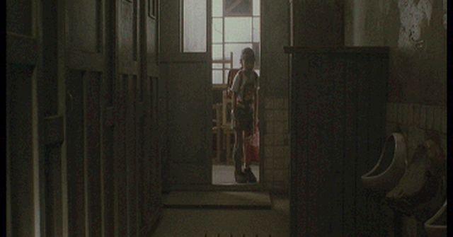 用を足してトイレから出ようとしたら、先生「出るな!個室に鍵かけて閉じこもってろ!」私「え?」・・・
