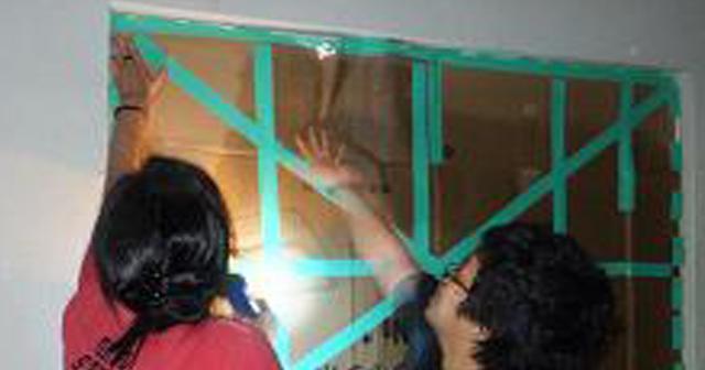 引っ越したら、なかったはずのガムテで貼った壁があった、ガムテを剥がして中を除いてみると這いずるような音が・・・