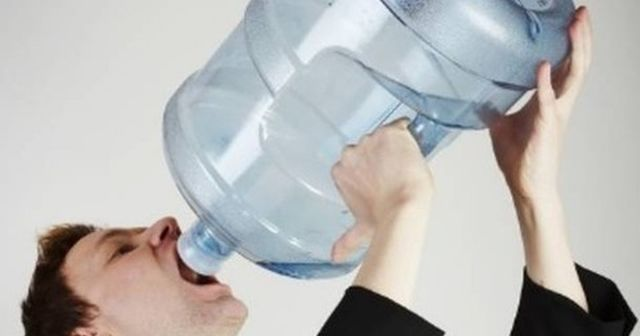 毎日水を30リットル飲み続けて健康診断に行ったら…wwwwwwww