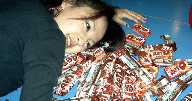 バレンタインに知らない女性から2000枚入りのチョコレートが送られてきたw怖くて食べられない件wwwwww