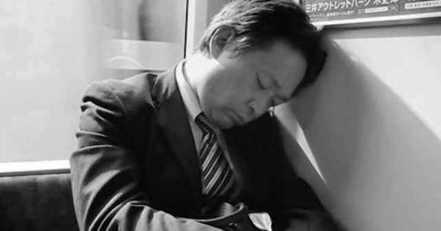 【驚愕事態】「何かおかしい・・」新幹線でイビキをかきながら寝ている男性。声をかけると思いがけないことが発覚!