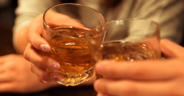 男性がおごってくれたお酒に爪を浸したら変色した→女性はすぐに警察に通報…