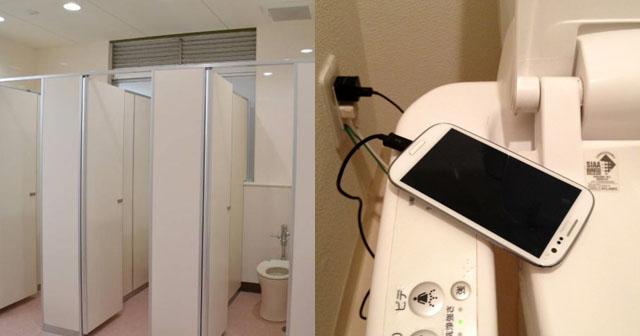 【反省】店の個室トイレで、便器のコンセント抜いて携帯充電してたらバレた…個室の外で何人かが待ち構えてるのが分かって、出るに出れなかった。